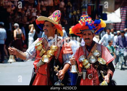 I venditori di acqua in vivaci costumi colorati in piazza Djemma El Fna a Marrakech in Marocco Foto Stock