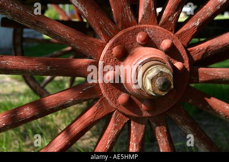 In legno antico ruota di carro con peeling vernice rossa Fort Missoula Missoula Montana Foto Stock