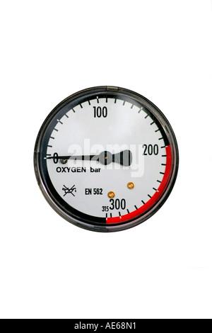 Manometro indicatore della pressione su un gas di ossigeno di esclusione cilindri Foto Stock