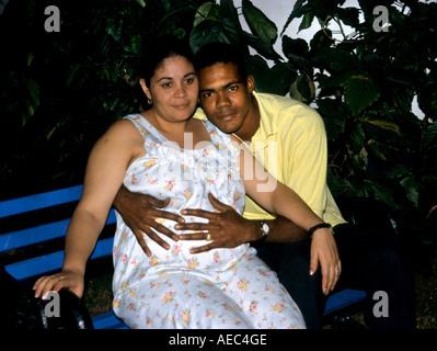 Gravidanza con bambino amore Havana Cuba Centro cubano cronologia storica città vecchia città Foto Stock
