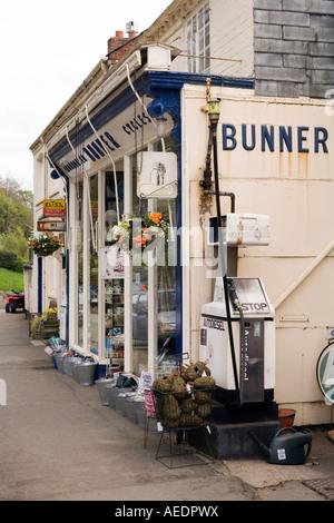 Regno Unito Galles Powys Montgomery Arthur Street Bunners hardware e negozio di ciclo Foto Stock