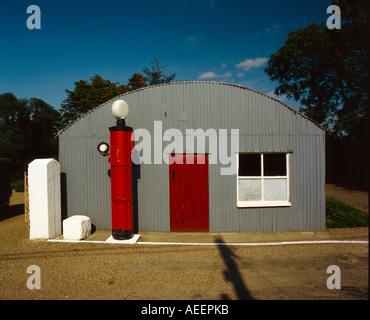 Stile vecchia stazione di gas con pompa di benzina al di fuori Foto Stock