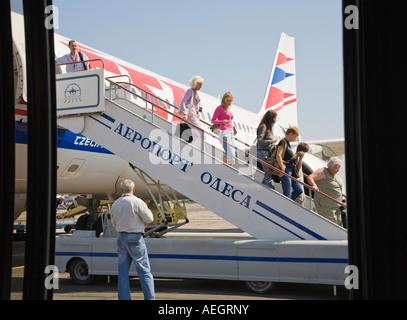 I passeggeri in partenza il piano sulla Odesa Aeroporto Internazionale in Ucraina Foto Stock