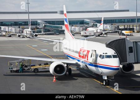 Un Czech Airlines jet viene caricata con i bagagli dei passeggeri sulla Praha Ruzyně Aeroporto Internazionale della Foto Stock