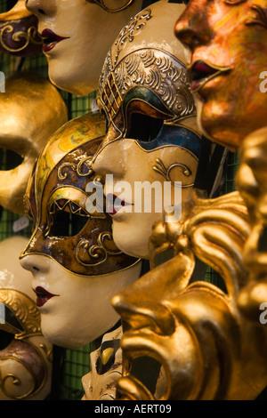Fatta a mano e dipinta a mano in carta pesta Mardi Gras maschere visualizzate in maschera maker negozio Venezia Foto Stock