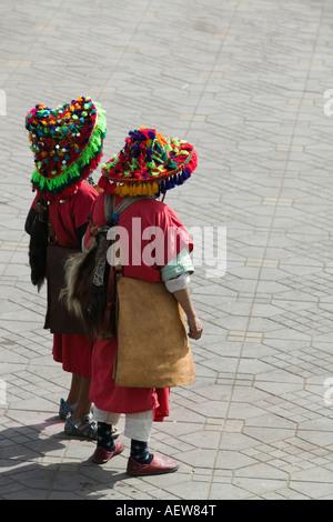 Due marocchini venditori di acqua a Marrakesh, Djemaa el Fna Foto Stock