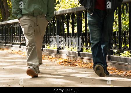Gambe di giovani uomini a camminare nel parco lago Milwaukee Wisconsin USA