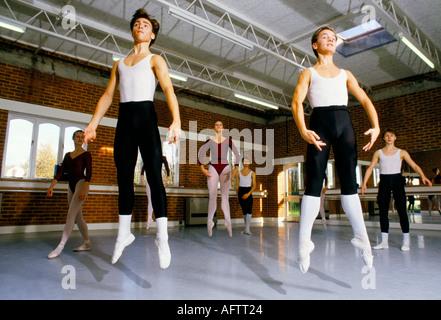 Royal Ballet School, White Lodge, Richmond Park London. Adolescenti che praticano in studio di danza 1990 Regno Unito HOMER SYKES