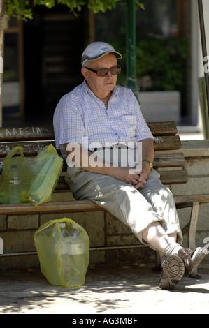 Uomo maschio pensionato inglese in vacanza il resto Foto Stock