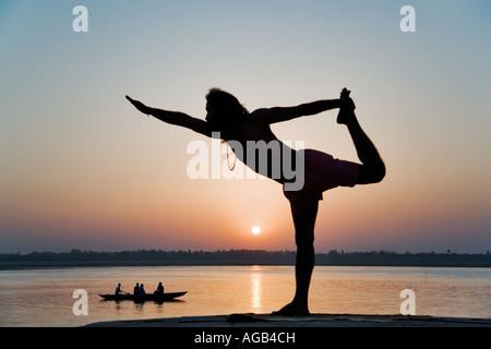 Famosa in tutto il mondo yogi insegnante Dr Rakesh Yogi all'alba sul Fiume Gange India Foto Stock