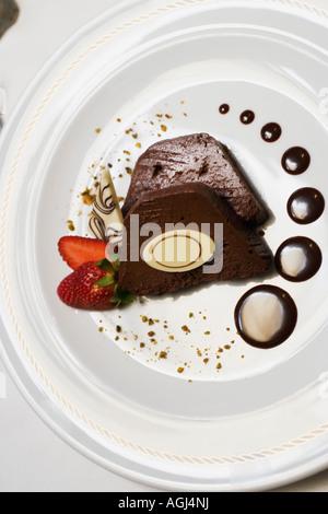 Close-up di due fette di torta al cioccolato con una fragola in una piastra Foto Stock