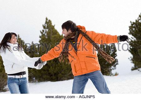 Coppia giovane giocare nella neve Foto Stock