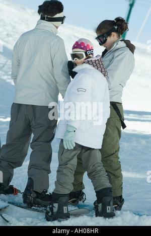 Gli appassionati di snowboard in piedi nella neve, candid shot a piena lunghezza Foto Stock