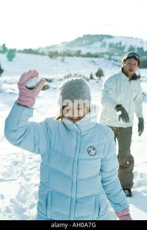 Fratello e Sorella e tirare palle di neve, la ragazza gli occhi chiusi Foto Stock
