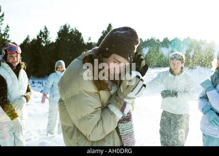 Giovani amici tirare palle di neve, sorridente, movimento sfocato Foto Stock
