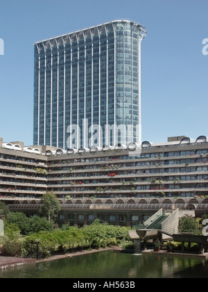 City of London Barbican waterside complesso di appartamenti con rinnovato alto blocco ufficio vicino alla stazione Foto Stock