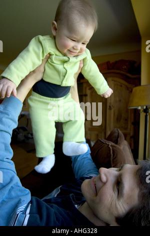 Padre giocando con il figlio Foto Stock