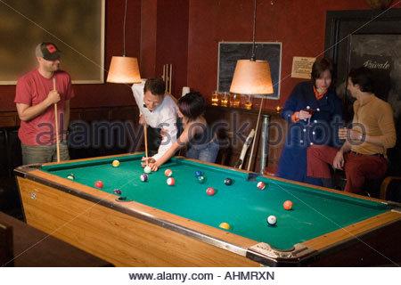 Le persone che giocano la piscina Foto Stock