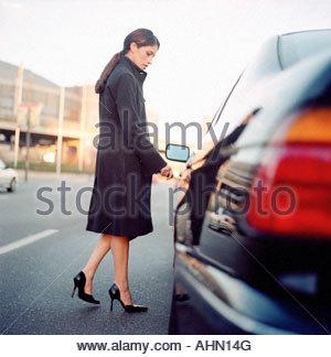 La donna lo sblocco della porta cabina Foto Stock