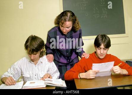 ab678e06ad0f Educazione speciale insegnante femminile lavora con due suoi intermedi di  sesso maschile di età compresa tra