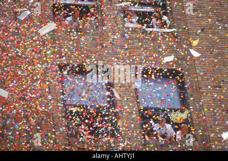 Coriandoli cadendo dalla costruzione di Ticker tape Parade New York City New York Foto Stock