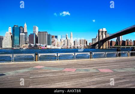 New York skyline della città e il ponte di Brooklyn sotto il cielo blu Foto Stock