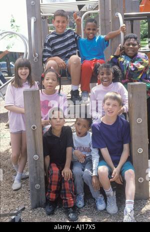 Etnicamente diversi gruppo di bambini in un parco della città Chicago IL Foto Stock