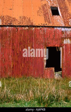 Un arrugginito ferro corrugato shieling sull'isola delle Ebridi di Lewis Foto Stock