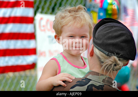 Soldato di sesso femminile presso il sito del memoriale di 14 morti di Marines in Brook Park Ohio alcuni con il bambino che sta per andare in Iraq