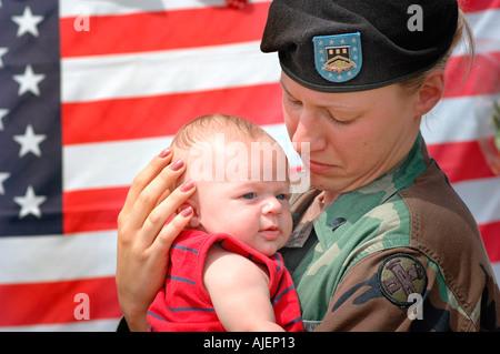 Soldato di sesso femminile presso il sito del memoriale di 14 morti di Marines in Brook Park Ohio alcuni con il bambino che sta per andare in Iraq mamma mamma mamma baby
