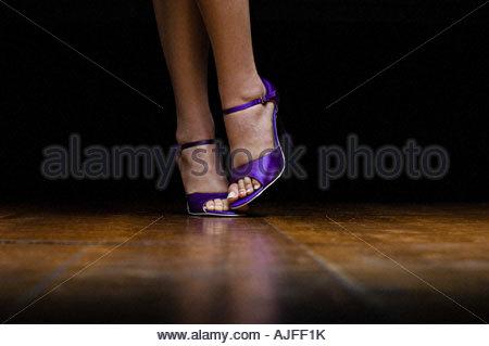 Donna che indossa il viola alta scarpe con tacco Foto Stock