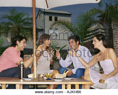 Amici elevare un toast Foto Stock