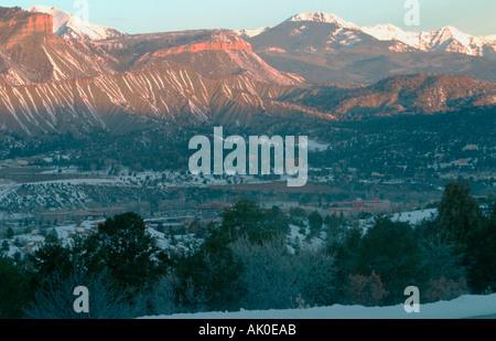 Le montagne accende sempre prima di dare downtown Durango Colorado un early warning dell'alba ormai Foto Stock