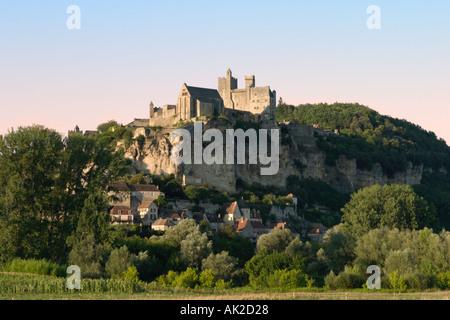 Hilltop Chateau nella luce della sera, Beynac et Cazenac, Dordogne, Francia