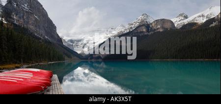 Panorama con red canoe presso il Lago Louise e il Parco Nazionale di Banff Alberta Foto Stock