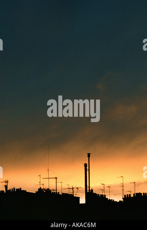 Roofline stagliano contro il cielo al crepuscolo Foto Stock