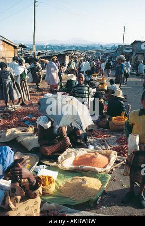Un locale affollato mercato all'aperto ad Addis Abeba in Etiopia Foto Stock