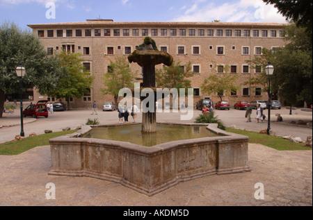 Fontana di acqua al di fuori del Monastero di Lluc Maiorca che fu fondata nel XIII secolo Foto Stock