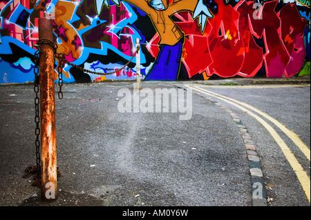 La città interna scena di urban graffiti verniciato a spruzzo su una parete Foto Stock