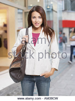 Donna fuori sulla strada Foto Stock