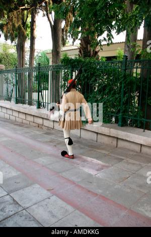 Tradizionale greco guardia d'onore tsolias passeggiate Foto Stock