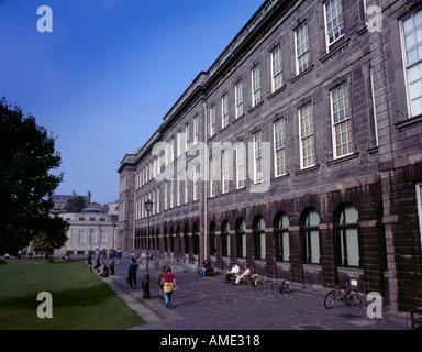 Il vecchio edificio della biblioteca dal compagno di piazza del Trinity College di Dublino, Eire (Irlanda). Foto Stock