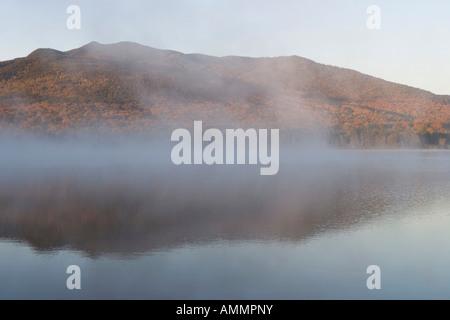 Nebbia di mattina sorge da Mountain View laghetto nei pressi del Lago di Moosehead Maine USA Foto Stock