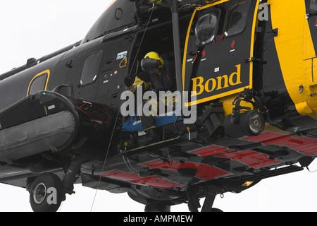 Salvataggio airman sul filo del verricello Foto Stock
