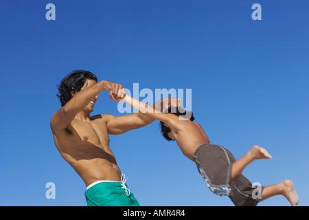 Padre e figlio giocare all'aperto Foto Stock