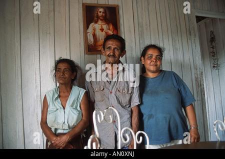 Gruppo di famiglia con la donna in piedi con il padre e la madre in agriturismo nei pressi di Vinales, Pinar Provincia, Cuba.