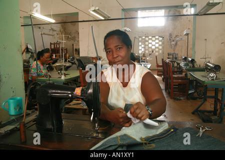 Cuba Cienfuegos Gennaio 2006 lavoratrice in una manifattura di sartoria Foto Stock
