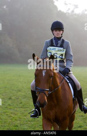 Caso cavallo e cavaliere prima di Dressage concorrenza Costwolds Regno Unito Foto Stock