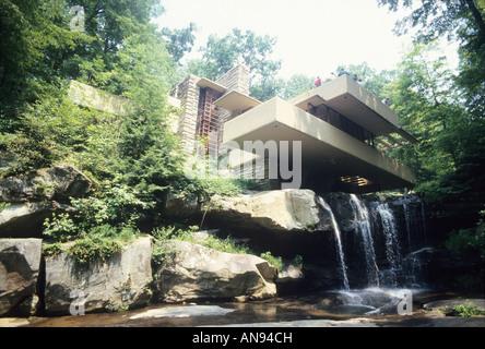 Caduta di acqua, casa progettata da Frank Lloyd Wright, Pennsylvania USA turisti visitano casa pietra miliare dell'architettura Foto Stock