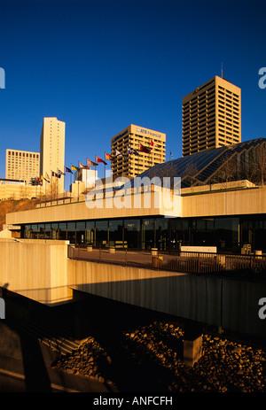 Edmonton Convention Center con centro in background, Alberta, Canada Foto Stock